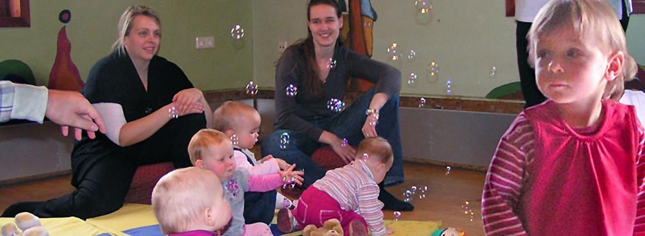 Eltern-Kind-Kreise - Singen, Spielen und Tanzen.